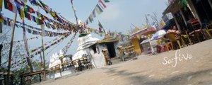 Gebetsfahnen, die mit einem Tempel verbunden sind. Reisekrankenversicherung