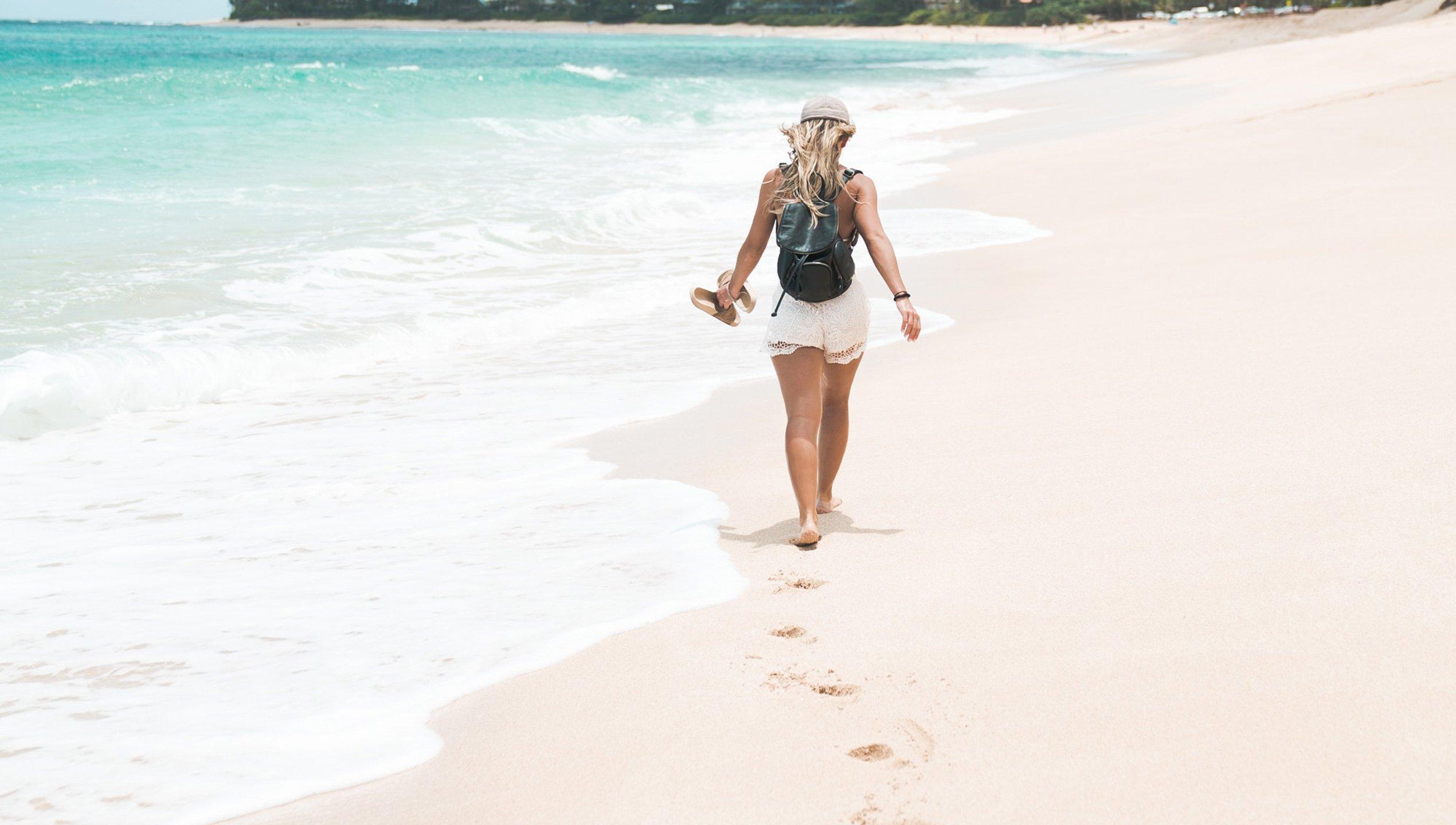 Menschen laufen am Meer entlang