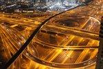 Durch Autolicht durchzogene Straßen in Dunkelheit