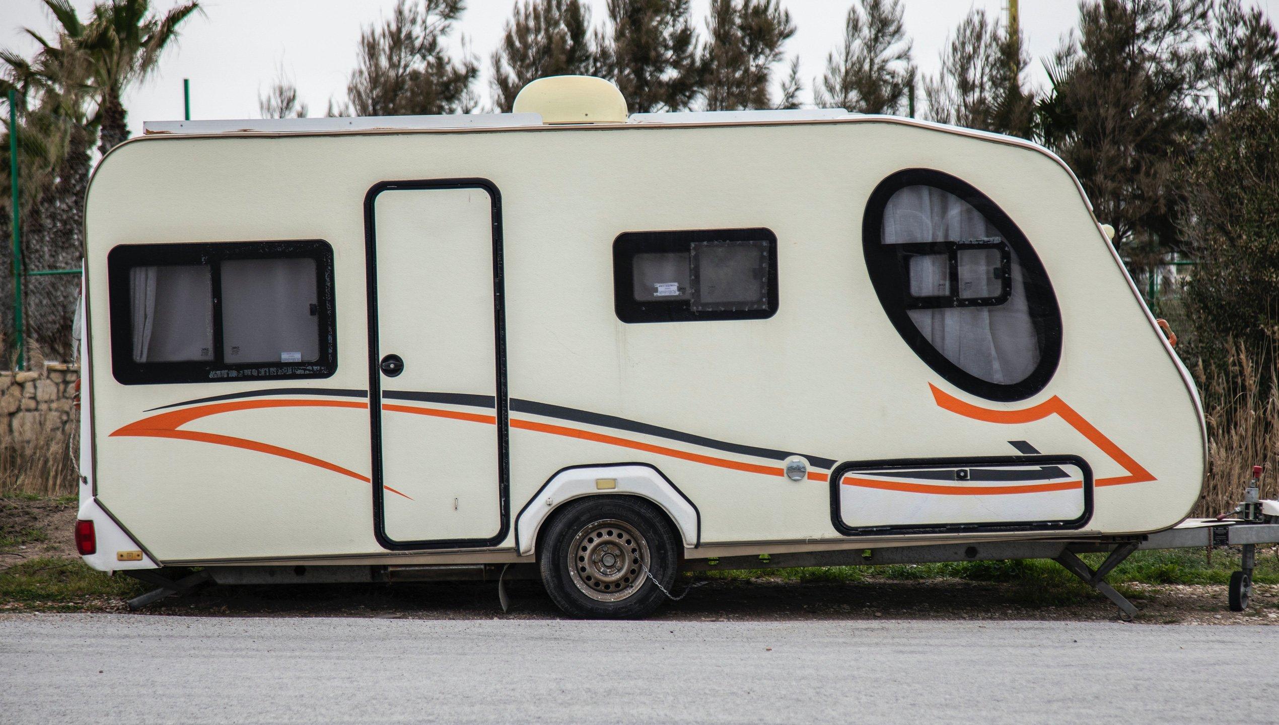 Abbildung eines weißen Wohnwagens zur Wohnwagenversicherung